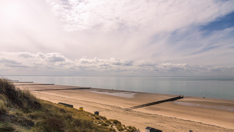 Uitzicht over het strand langs de zee richting Vlissingen