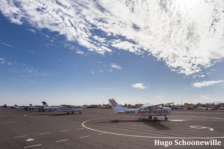 Vliegtuigen staan te wachten op het vliegveld om te vertrekken voor een vlucht over de Nazcalijnen.