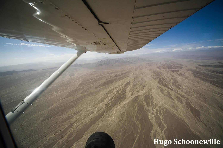 Uitzicht over de pampa's bij Nazca vanuit het vliegtuig