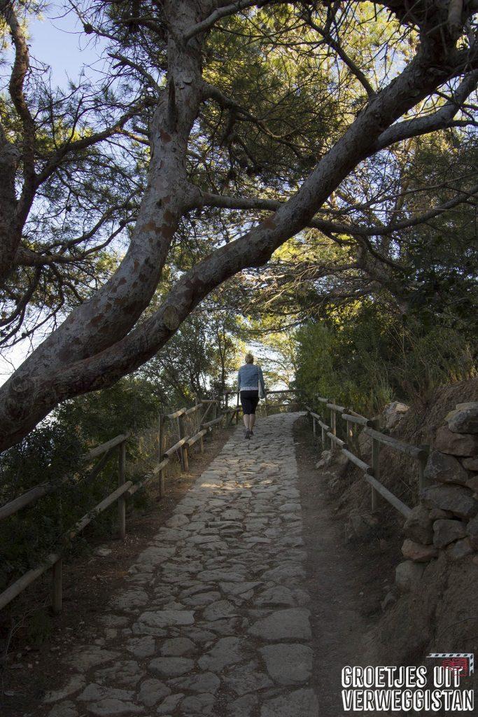 Pad tijdens de beklimming van de rots van Calpe wat nog betegeld is