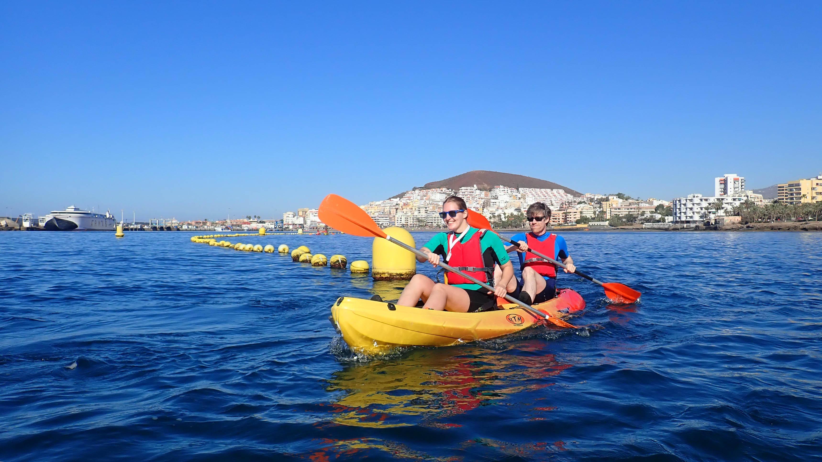 Kajak met twee personen op zee