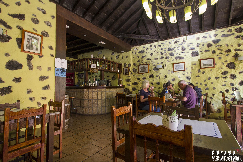 Gele muren in restaurant Los Pinos
