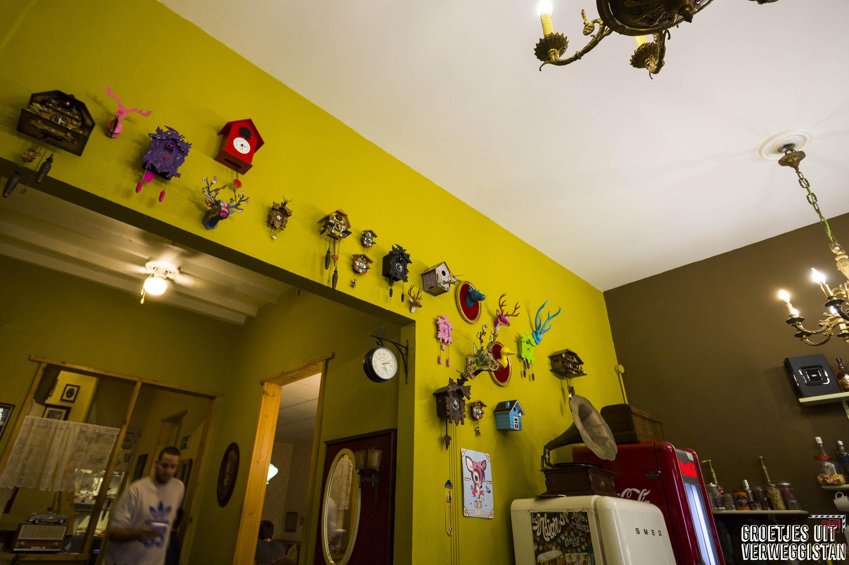 Gele muur met klokken