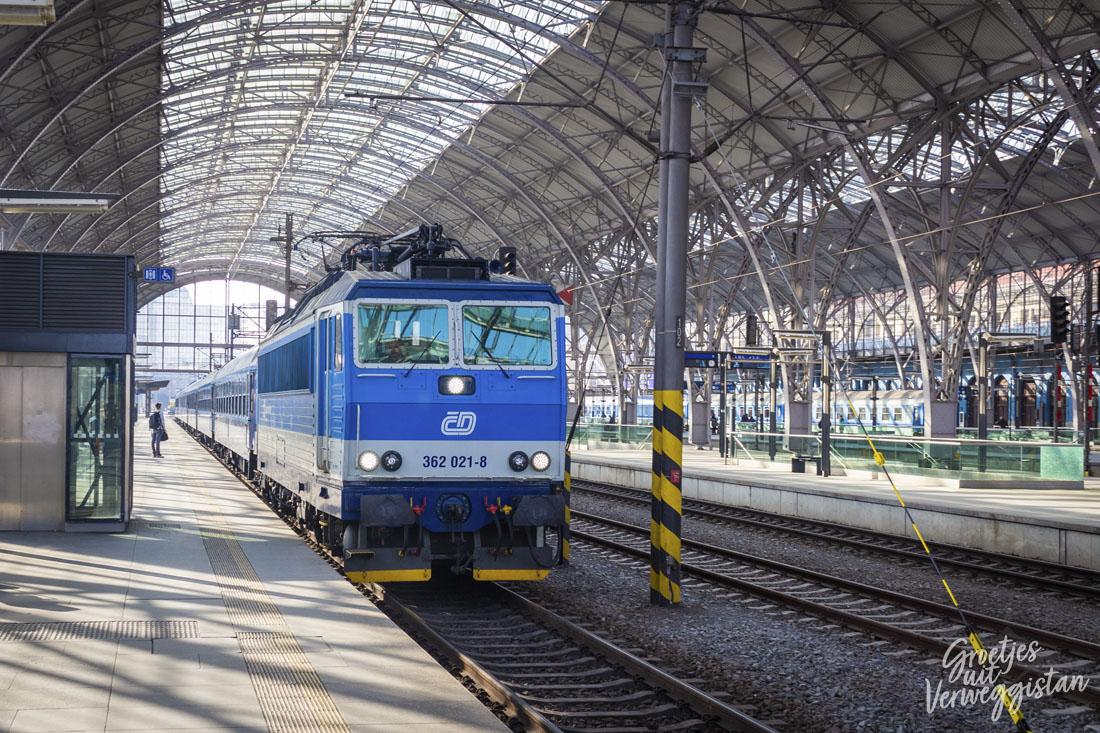 Trein rijdt het station in Praag binnen.