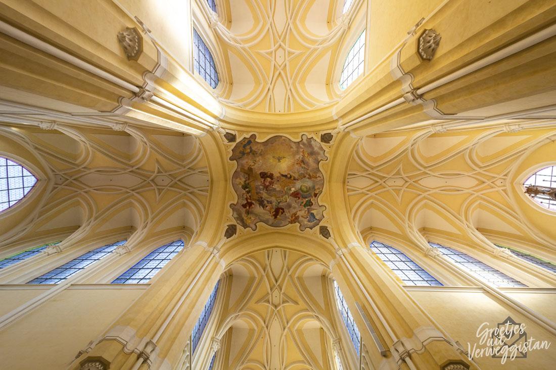 Lichtgeel plafond kathedraal met schildering