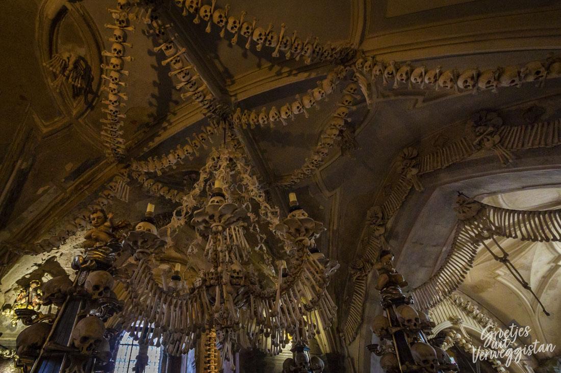 Kroonluchter en andere plafonddecoraties van menselijke botten in Kutná Hora.,
