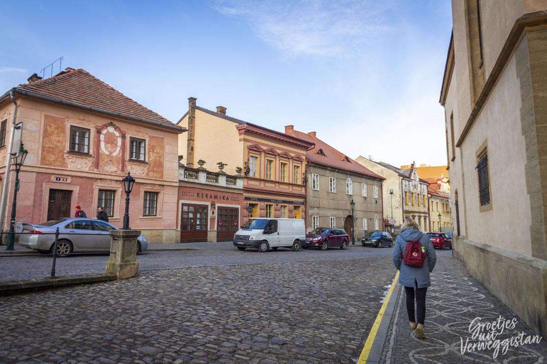 Roze en gele huizen in Kutná Hora