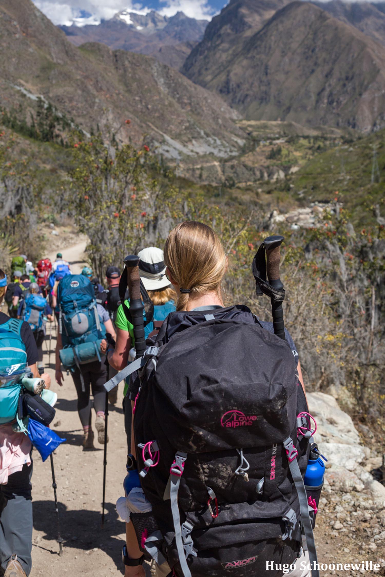 Meisje met backpack op de eerste dag van de Inca Trail naar Machu Picchu