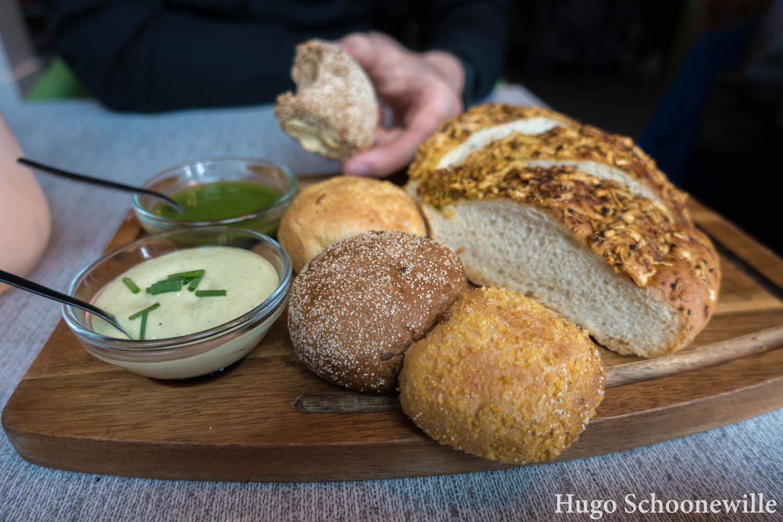 Een broodplank met kruidendip en pesto bij restaurant Ingeburgerd in Zwolle.