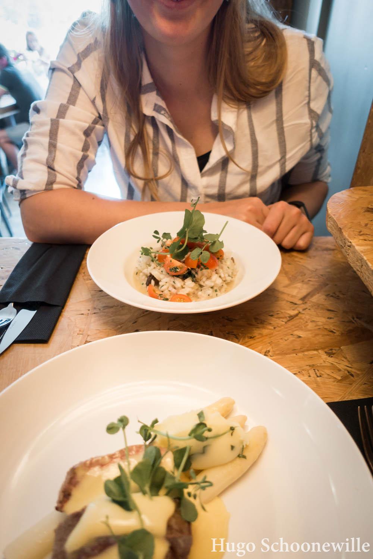 Lekker eten in Zwolle: mooi opgemaakte borden met het hoofdgerecht bij Het Weeshuys in Zwolle.