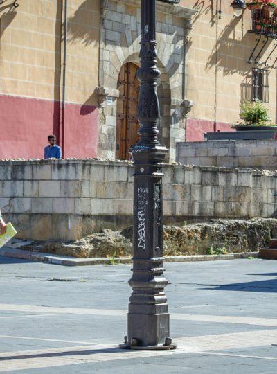 Wandelen door de straten van het Spaanse León tijdens een roadtrip door Spanje.