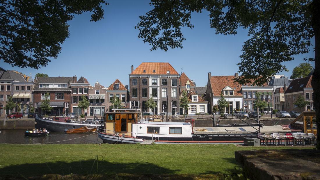 Mooi straatje in Zwolle langs het water.