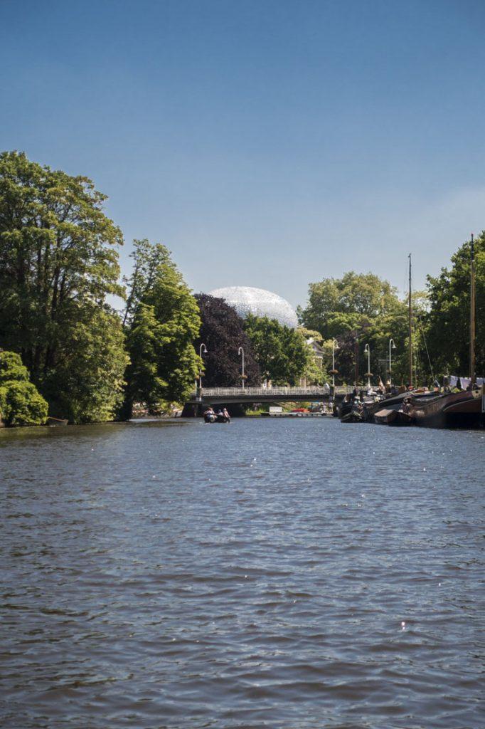 Uitzicht op Zwolle en Museum De Fundatie vanaf een waterfiets op de grachten van Zwolle.