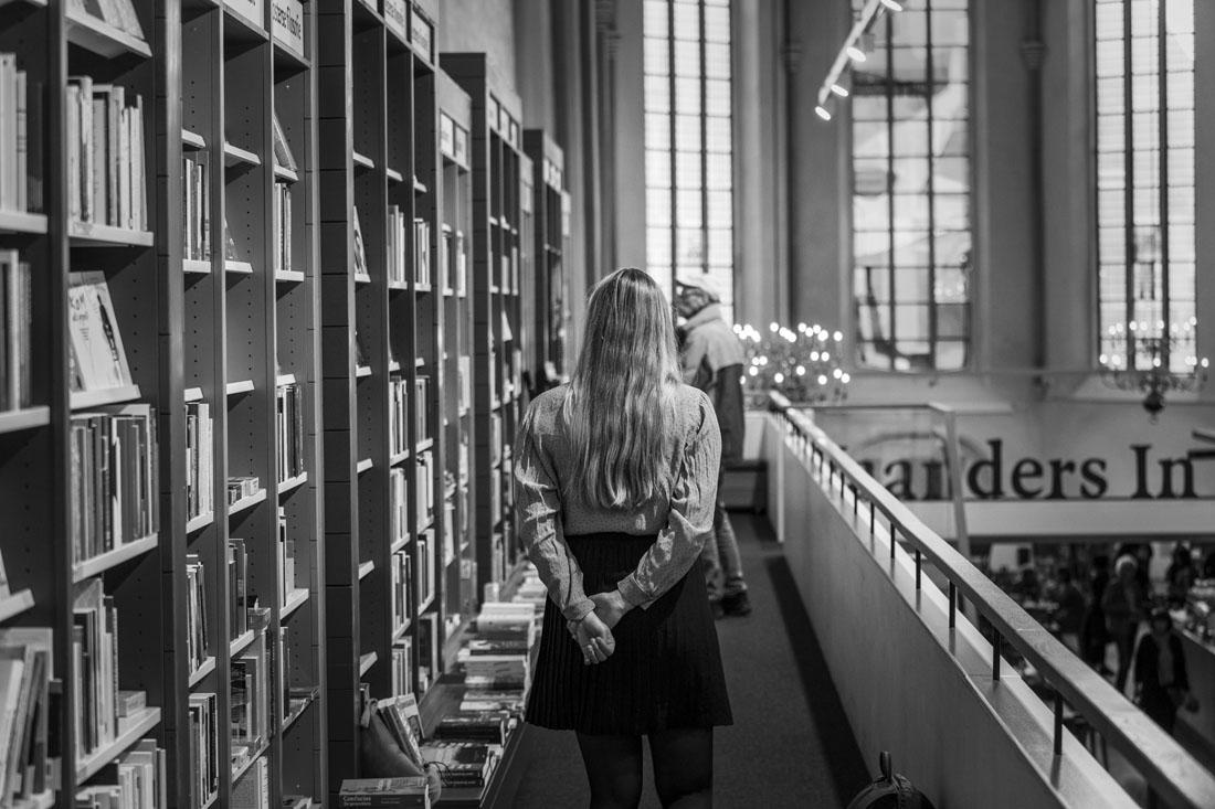 Manouk loopt door boekwinkel Waanders In De Broeren in Zwolle