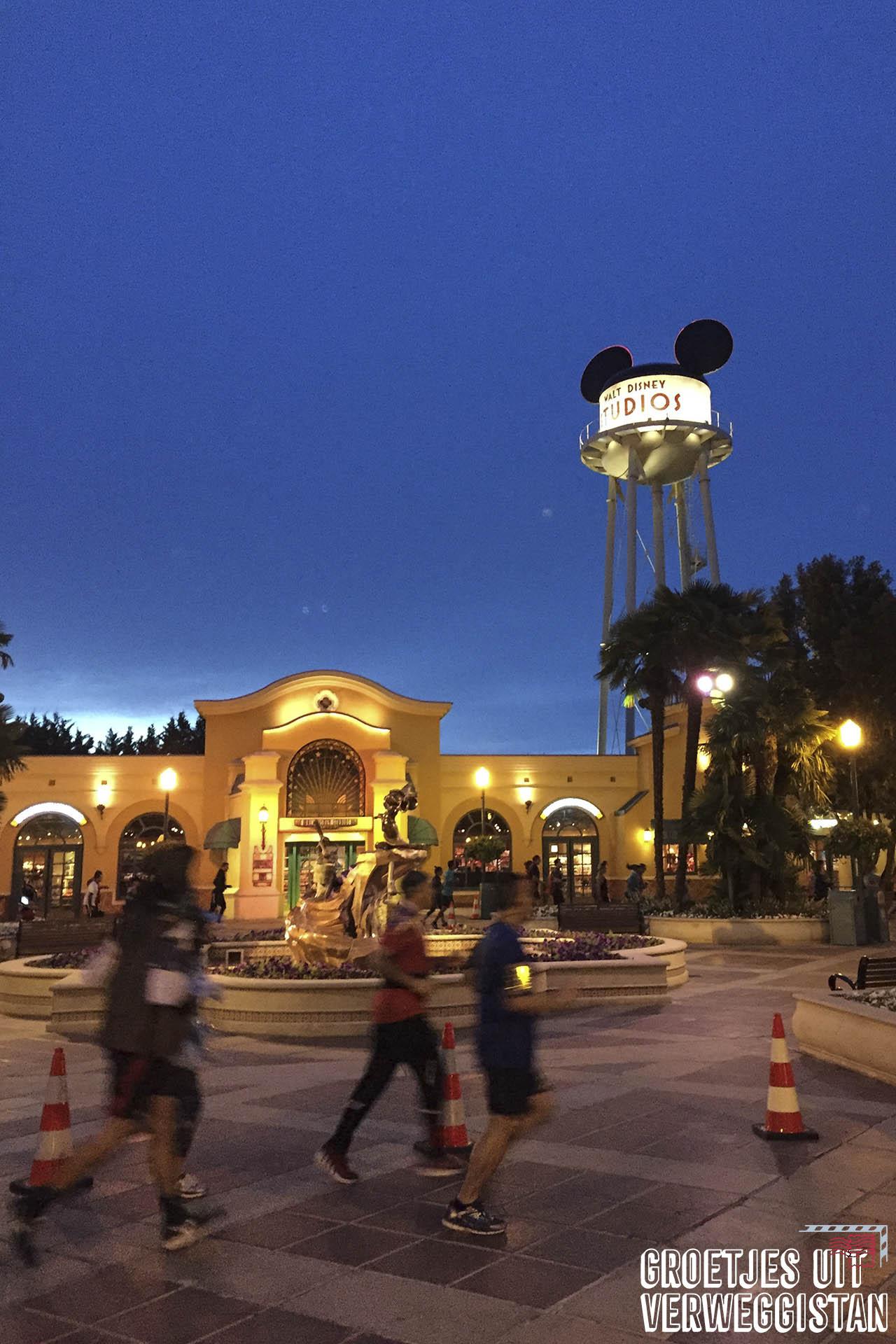Hardlopers voor de ingang van Walt Disney Studios in Parijs