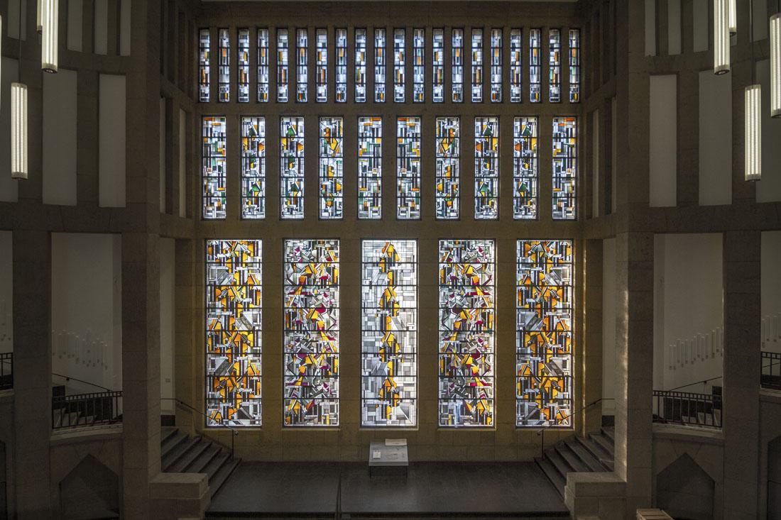 Museum Kunstpalast in Düsseldorf: prachtige glas-in-lood-ramen in de hal.