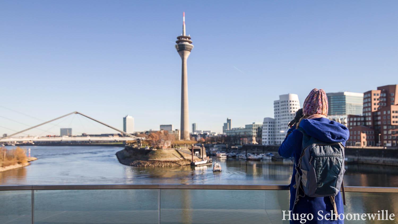 Uitzicht over de skyline van Düsseldorf met de Rheinturm vanuit Medienhafen.