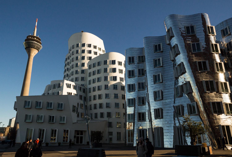 Voorbeelden van moderne architectuur in Medienhafen in Düsseldorf: bijvoorbeeld Neuer Zollhof.