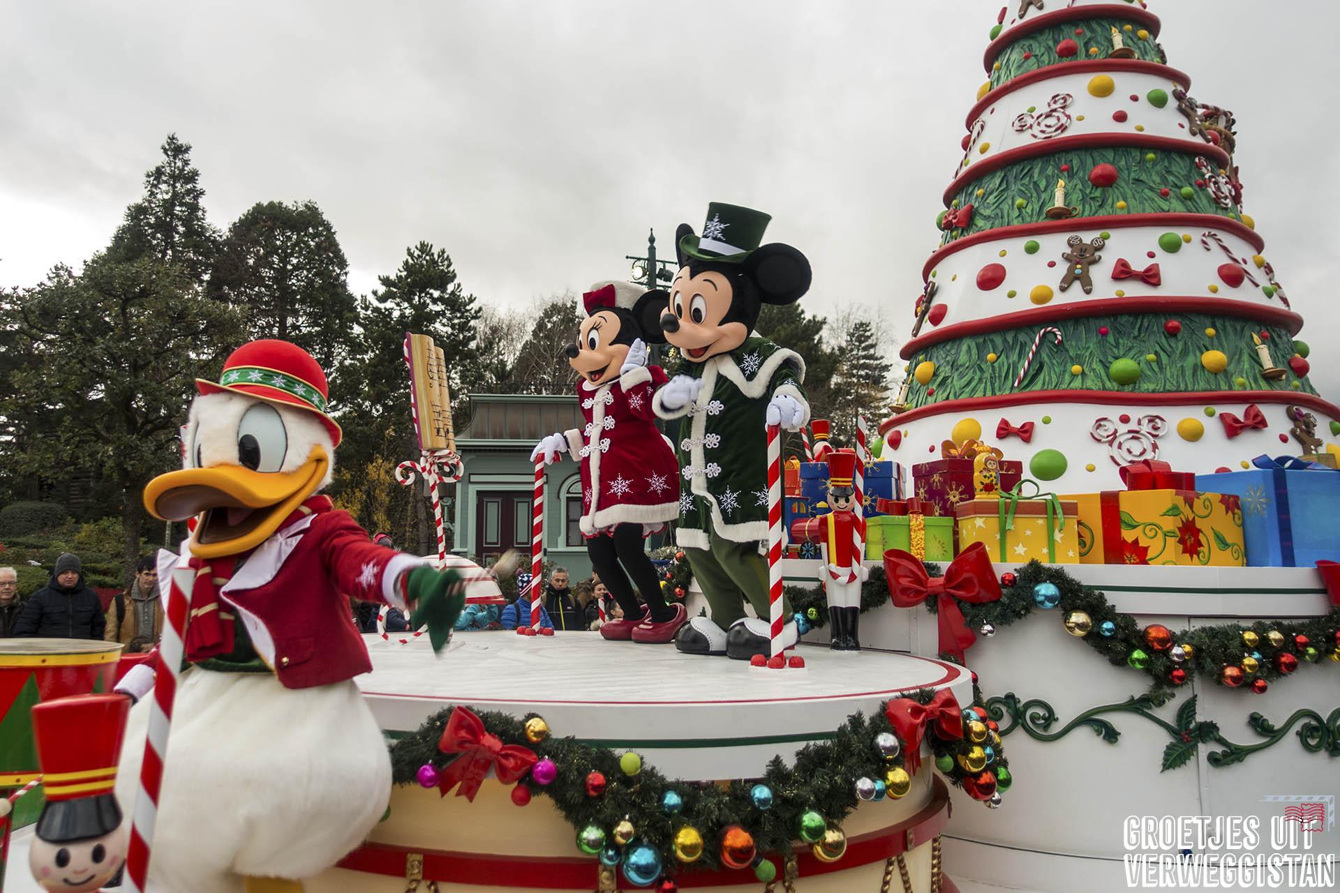 Mickey en Minnie in kerstoutfit op een paradewagen tijdens de Kerstparade in Disneyland Parijs