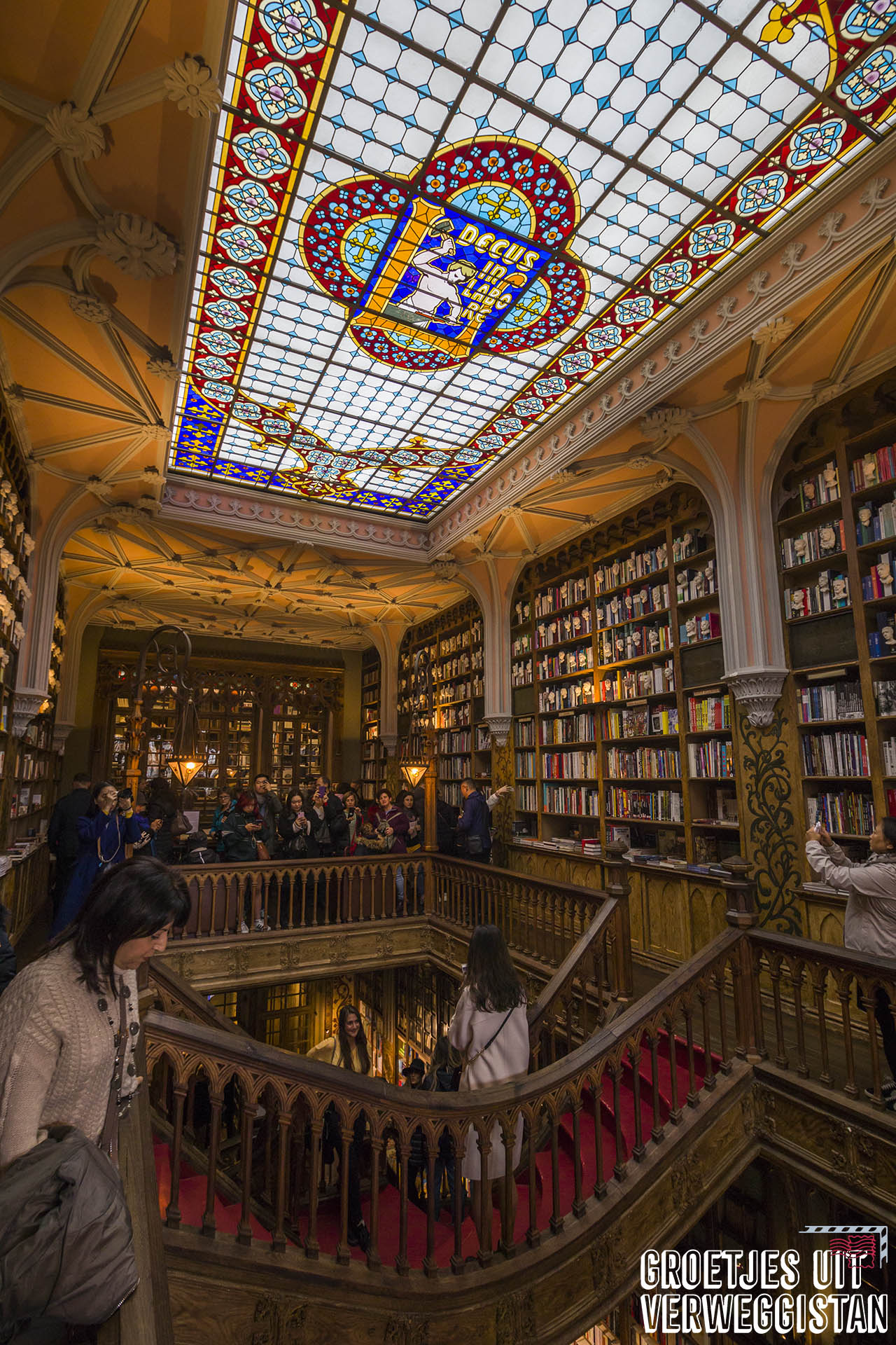 Boekwinkel Livraria Lello in Porto met glas-in-lood plafond en oude boekenkasten en trap