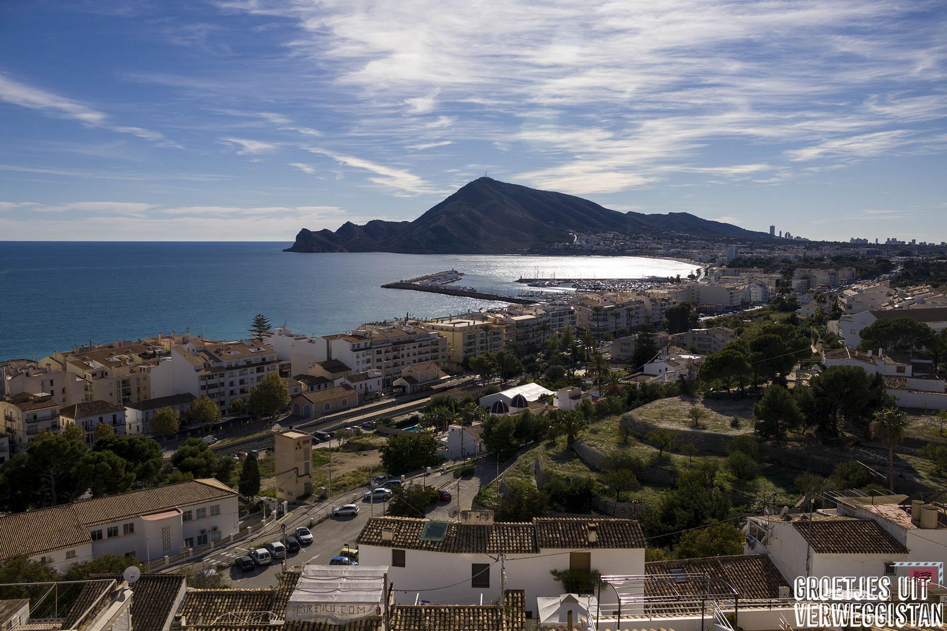 Uitzicht vanaf het kerkplein in Altea, Spanje over de Costa Blanca en Benidorm.