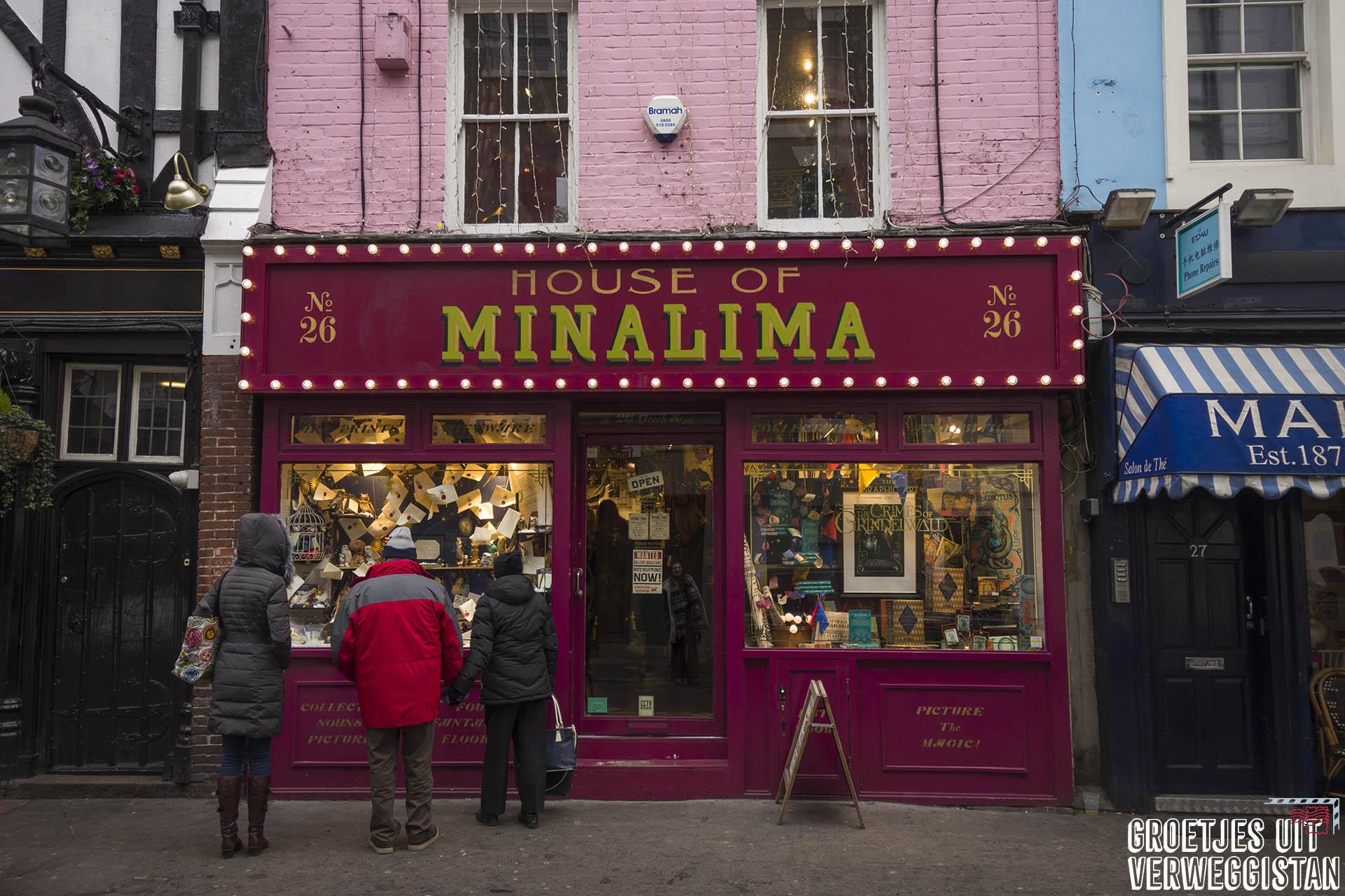 Roze gevel van House of MinaLima in Londen waar ze Harry Potter artwork tentoonstellen.