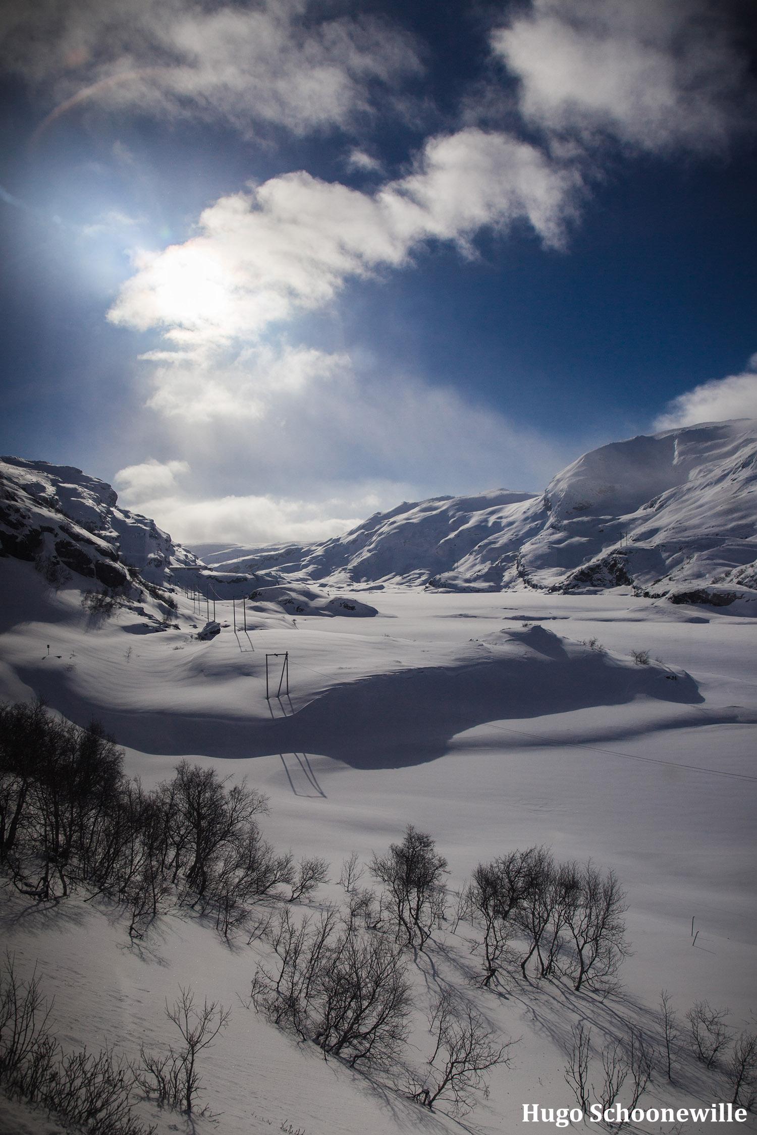 Uitzicht vanuit de Bergensbanen, de trein tussen Oslo en Bergen, met overal sneeuw.