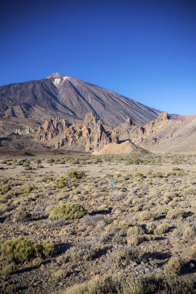 Uitzicht op vulkaan El Teide met ervoor een vulkanisch landschap.
