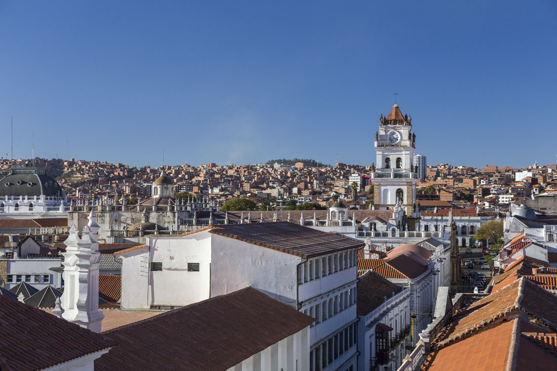 De witte stad Sucre in Bolivia, met witte gebouwen, kerken en straten. Skyline van Sucre in Bolivia.