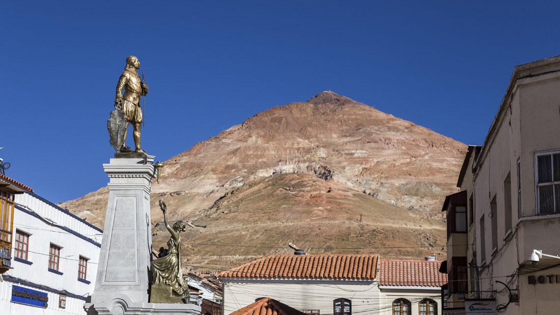 Potosí in Bolivia met op de achtergrond Cerro Rico, de zilvermijnen.
