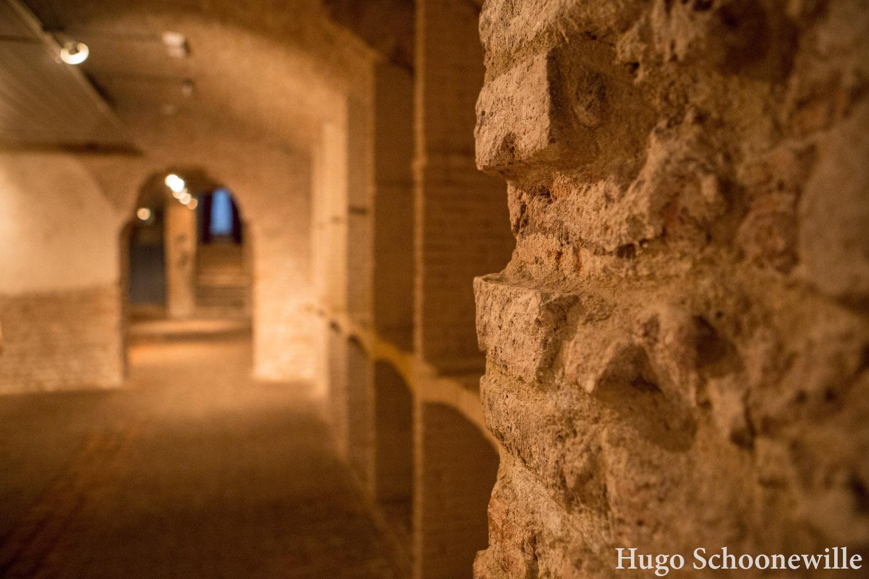 De historische kelders van Arnhem: de muren en poorten tussen de verschillende kelders.