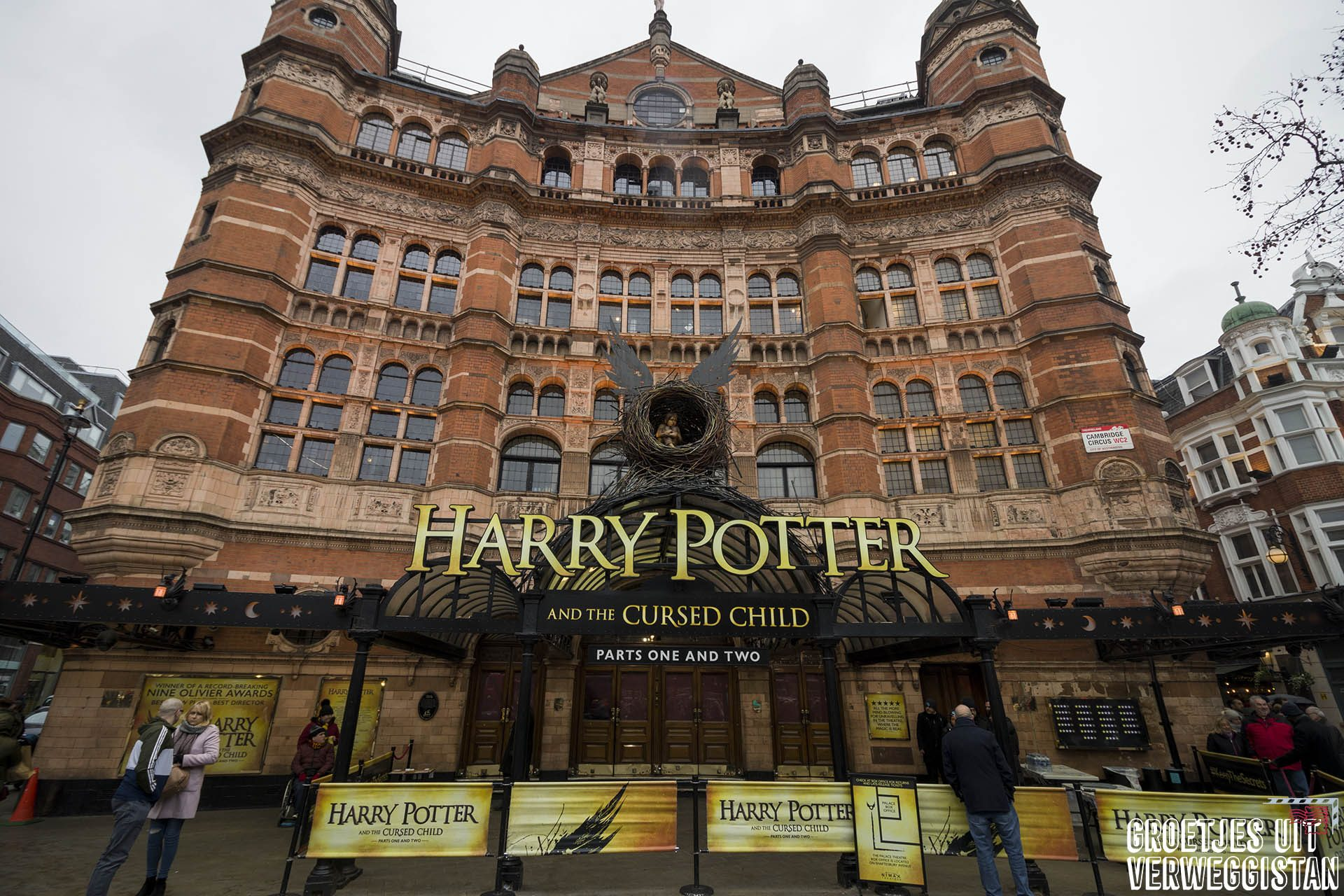 Palace Theater in Londen waar Harry Potter and the Cursed Child speelt met groot logo voorop