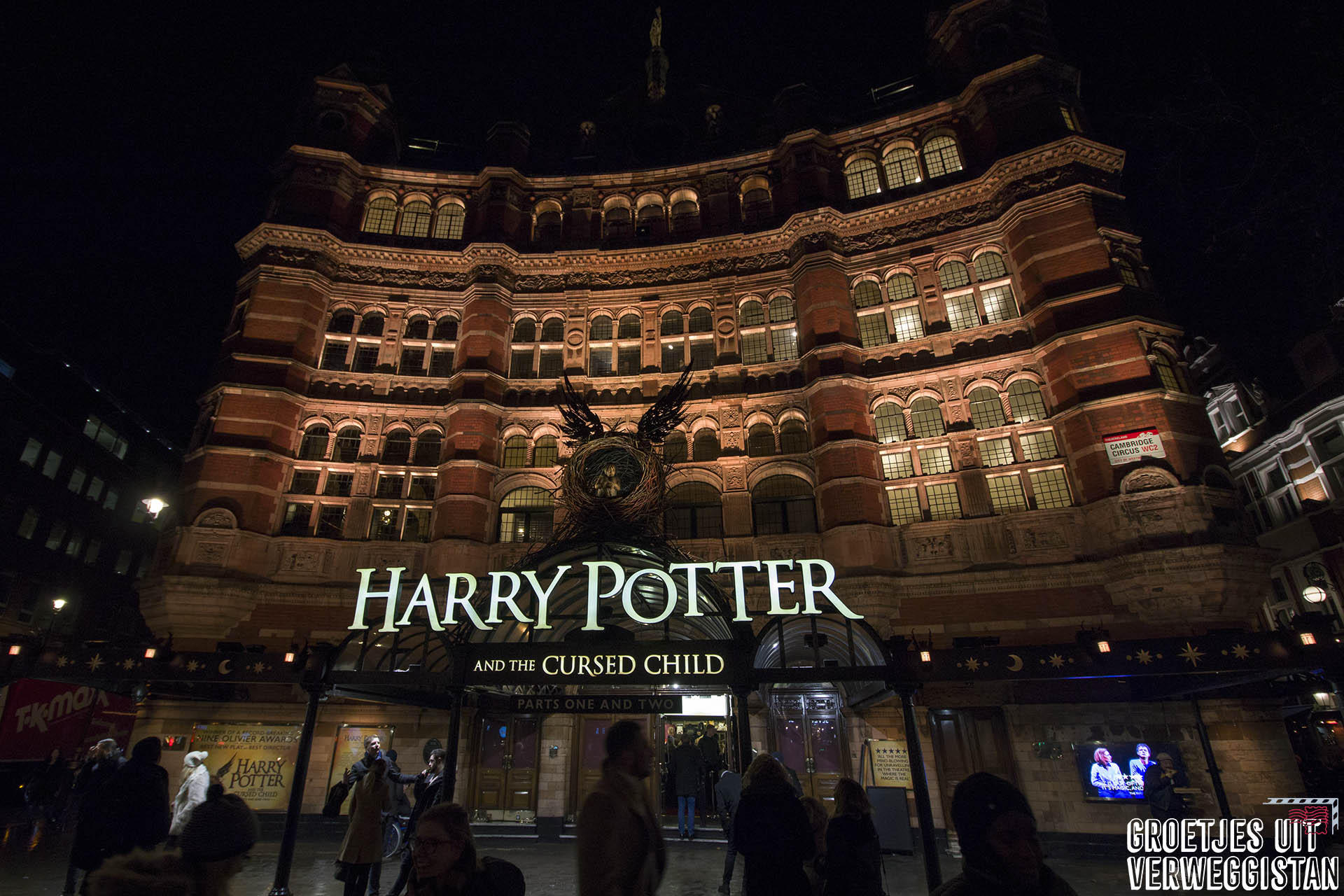 Palace Theater waar het Harry Potter toneelstuk speelt in het donker.