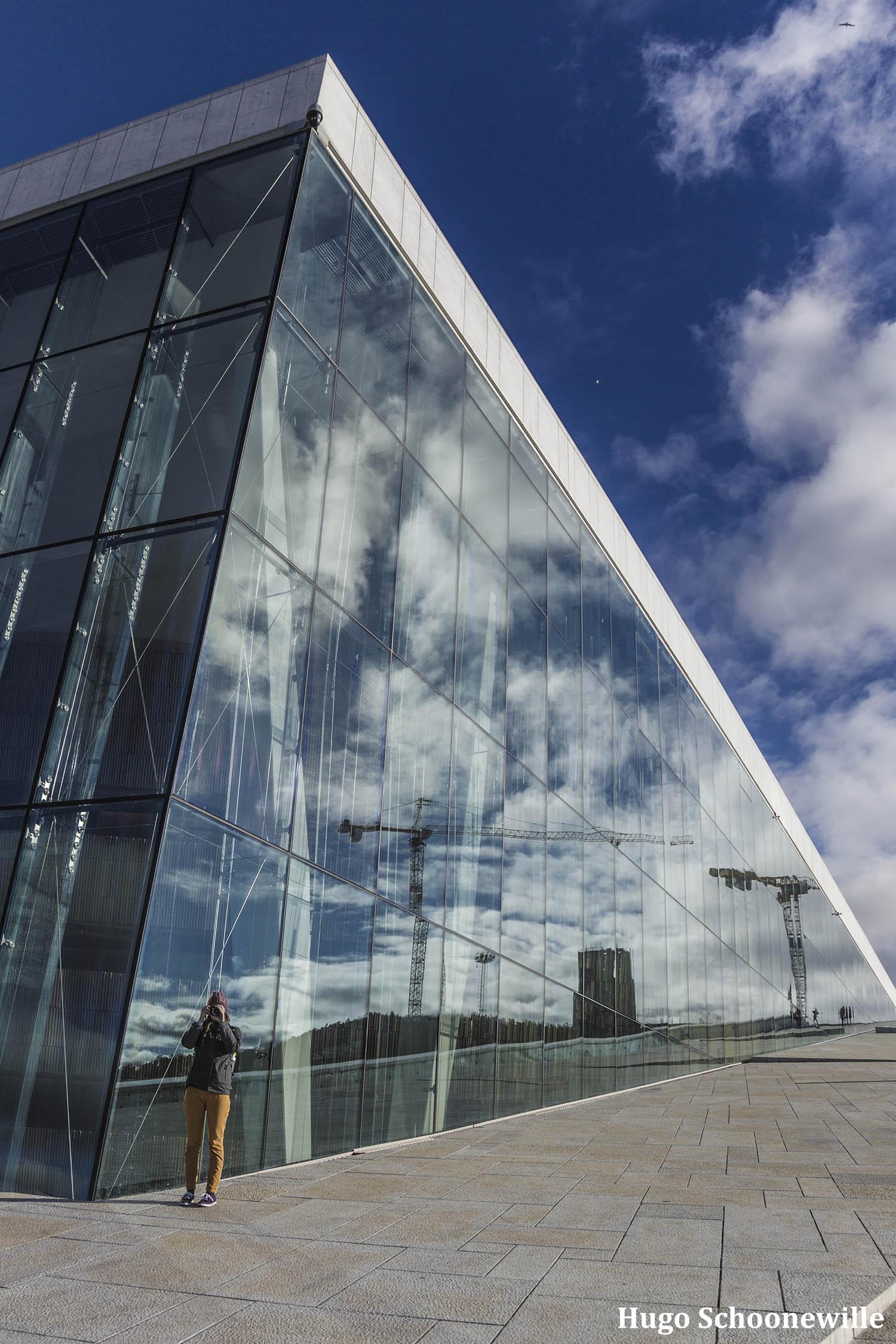 Budget Oslo: het Operahuset in Oslo met de moderne spiegelende buitenkant.