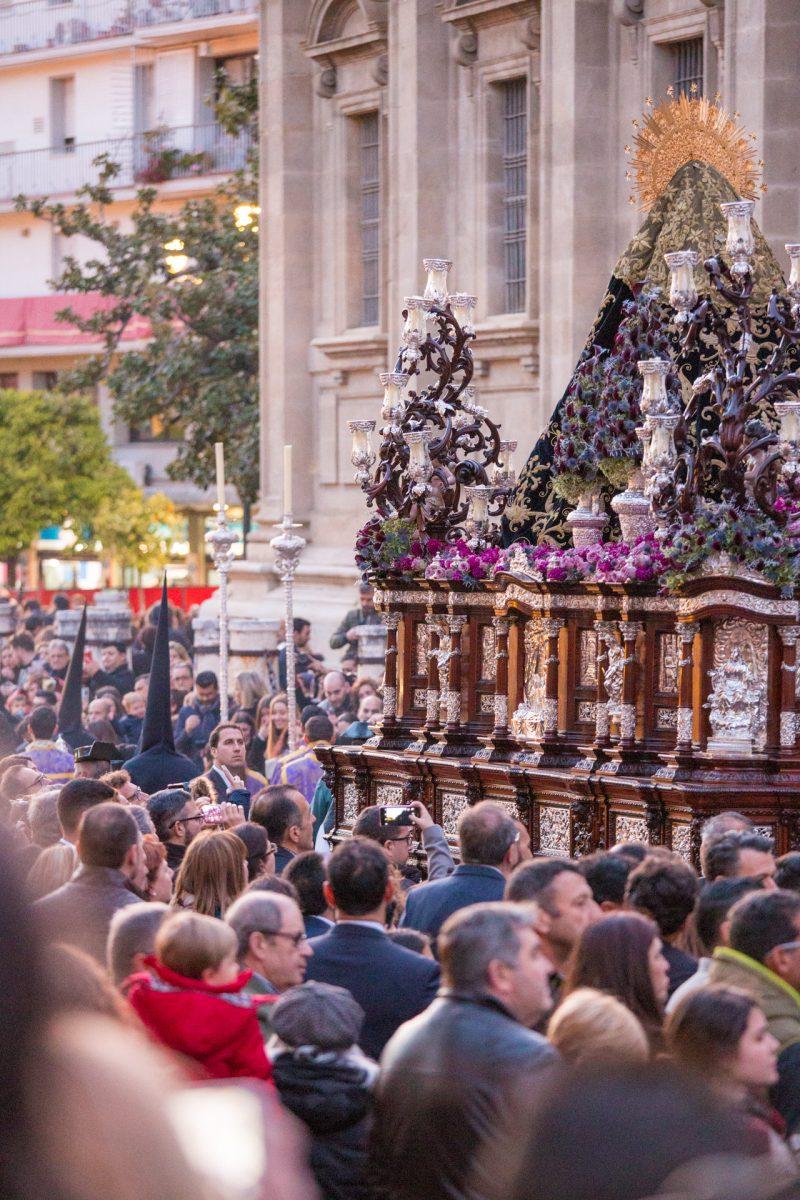 Processie voor de kathedraal in de schemering tijdens Semana Santa in Sevilla