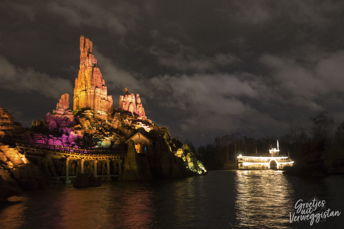 Big Thunder Mountain en Thunder Mesa Riverboat Landing in het donker in Disneyland Parijs.