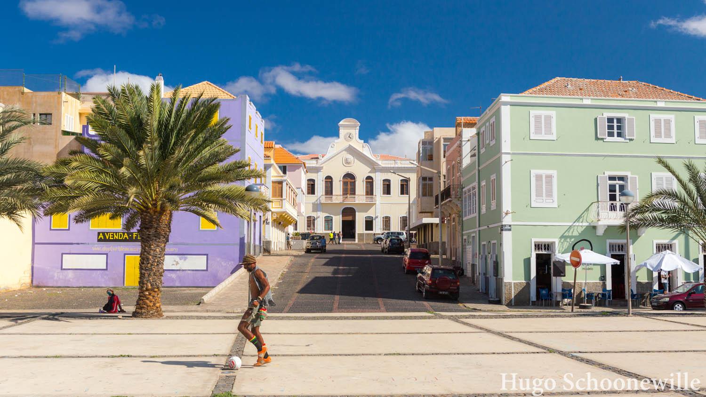 Plein met gekleurde huizen in Mindelo