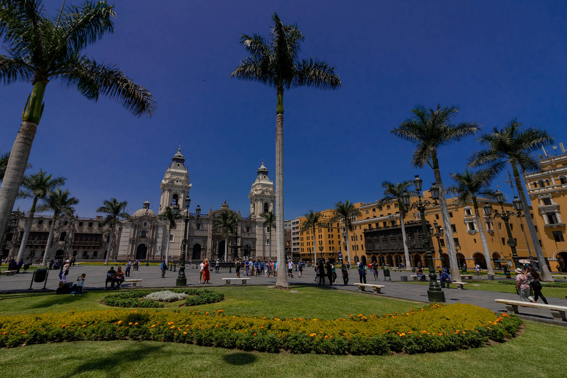 Plaza de Armas in Lima met de kathedraal, palmbomen en het kantoor van Caretas