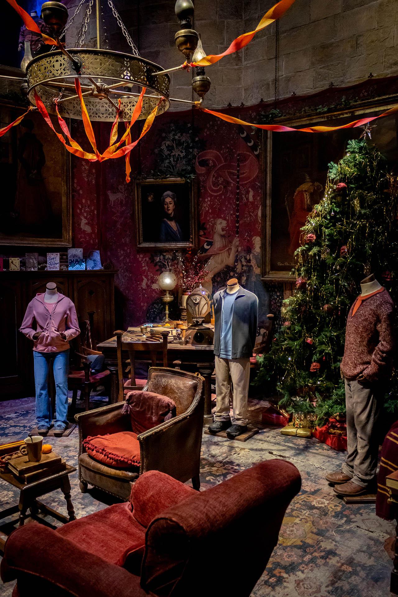 Trio in de leerlingenkamer van de Warner Brothers Studio Tour met kerstversiering.