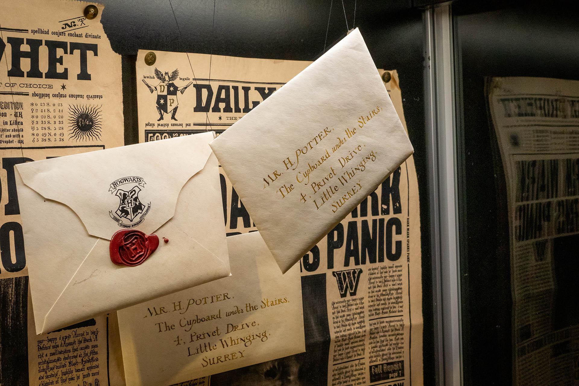 De brieven die Harry Potter kreeg in de eerste film om hem te vertellen dat hij naar Hogwarts mag in een vitrine in The Making of Harry Potter.
