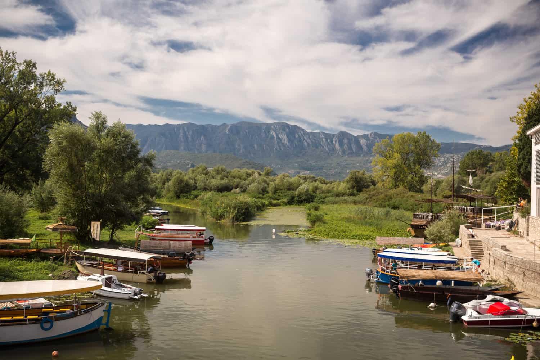 Aangelegde boten in de rivier richting het Skadarmeer in Montenegro in het dorp Virpazar