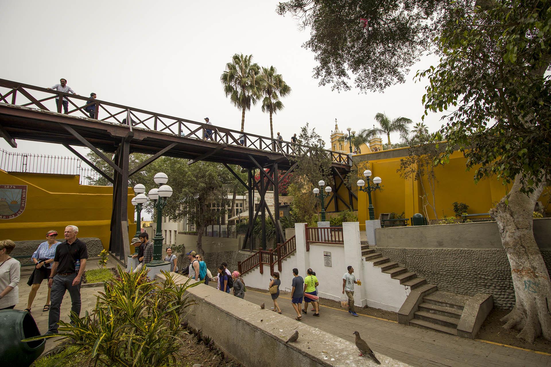 Puente de los Suspiros in de wijk Barranco in Lima, een lange brug over de straat.
