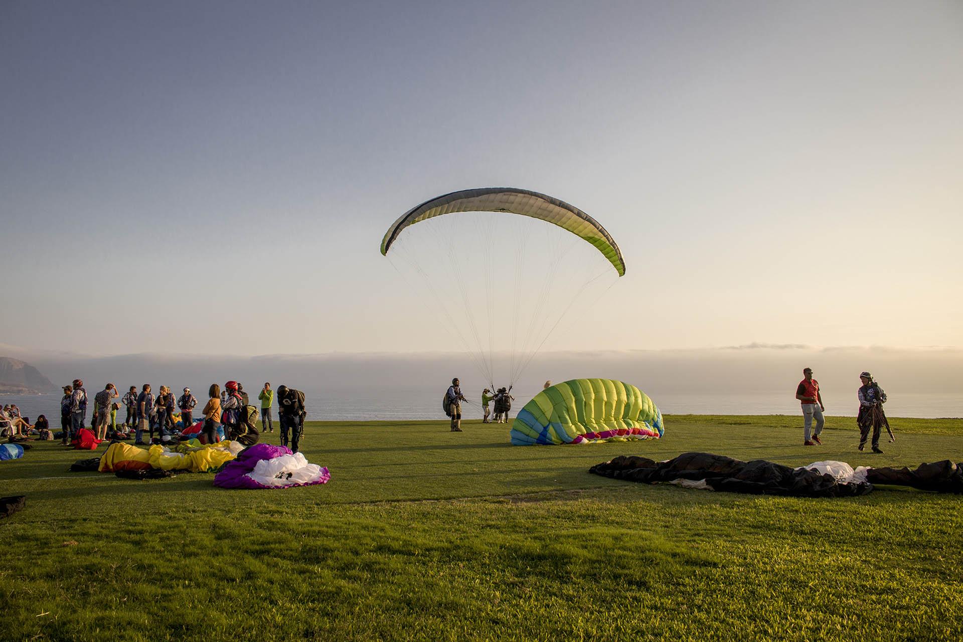 Paragliding in Miraflores in Lima: een paraglider staat net op om weg te gaan.