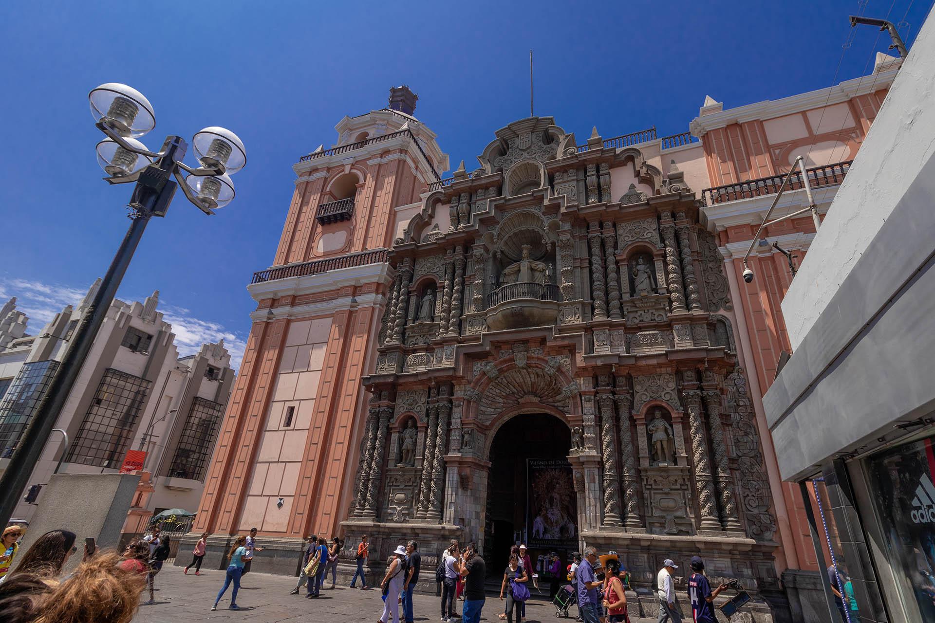 De roze kerk Iglesia de la Merced in Lima in Peru