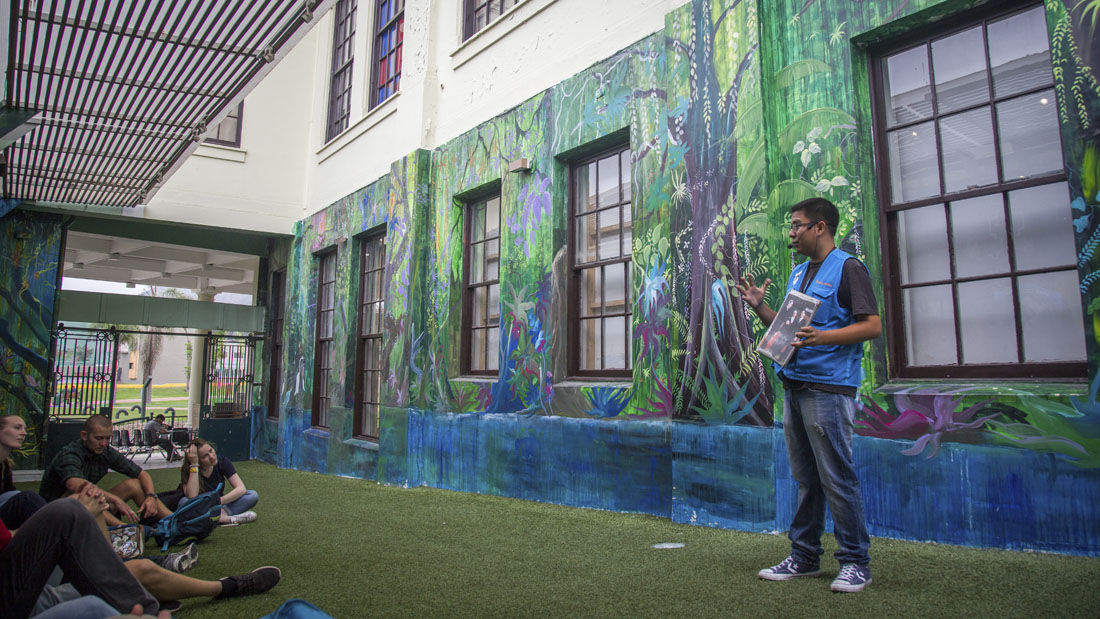 De muurschilderingen in Casa de la Literatura met een gids van Lima by Walking die uitleg geeft over wat er te zien is.