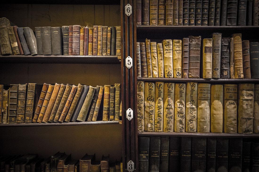 Oude boeken in de bibliotheek van het Santo Domingo klooster in Lima in Peru.