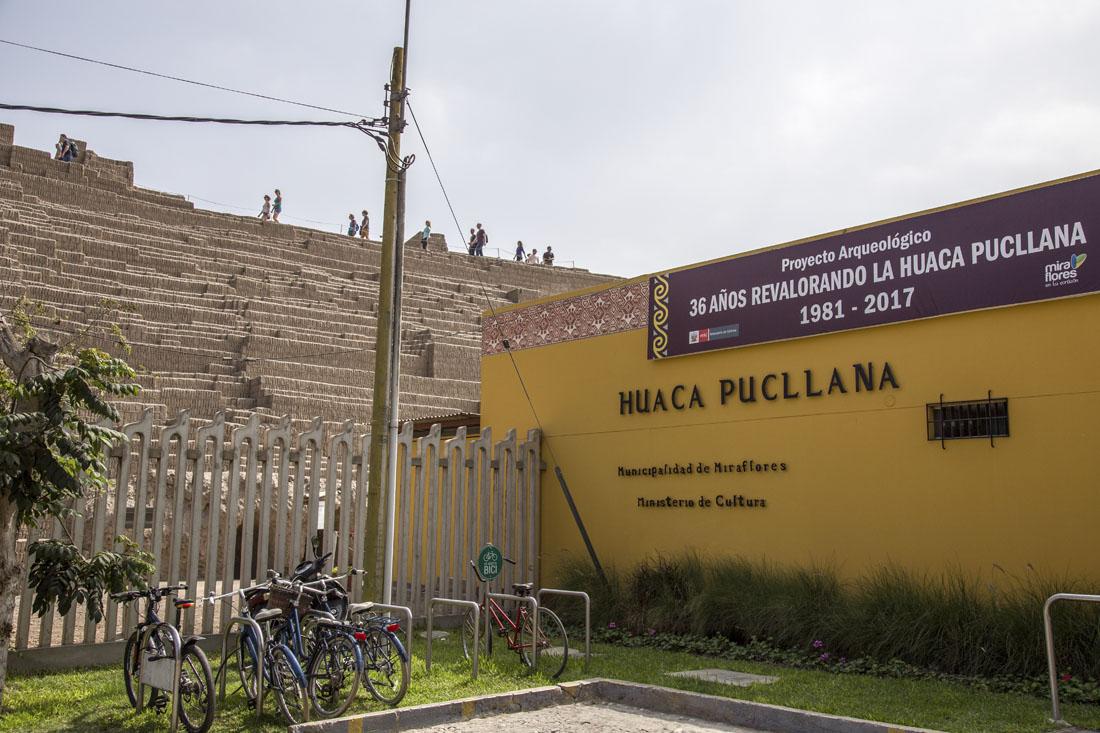 Ingang van archeologisch park Huaca Pucllana in Miraflores in Lima.
