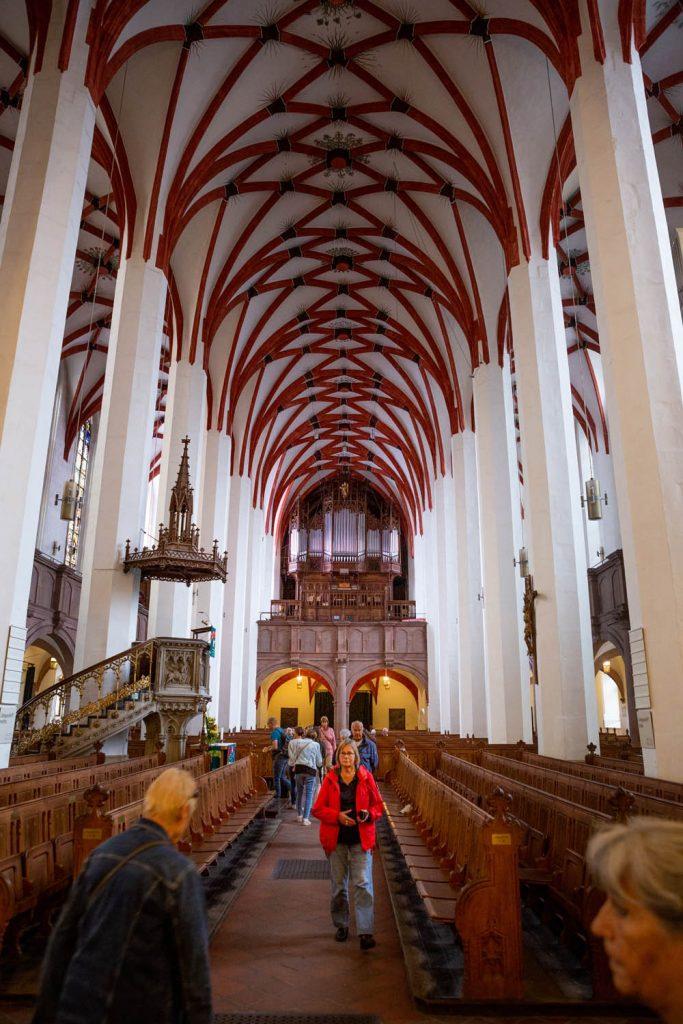 Het interieur van de Thomaskirche in Leipzig in Duitsland