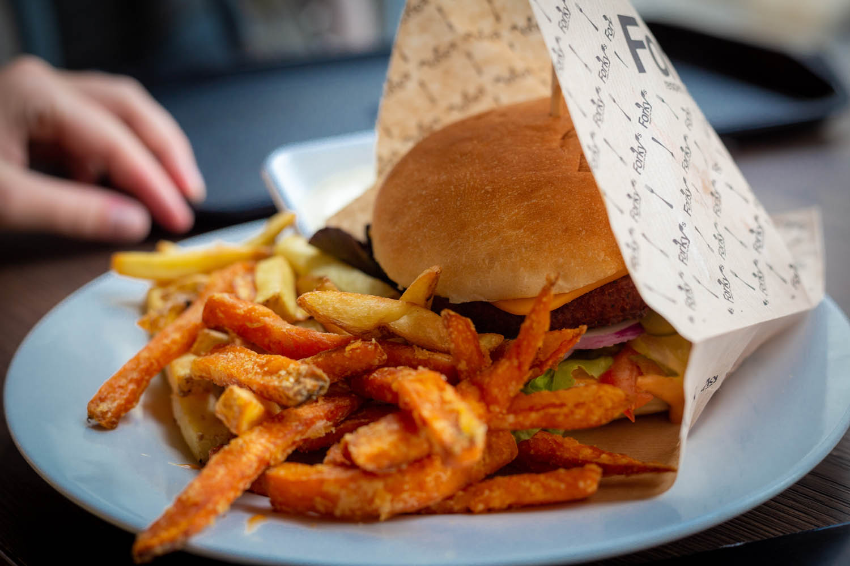 Veganistische hamburger en frietjes bij restaurant Forky in Brno in Tsjechië.