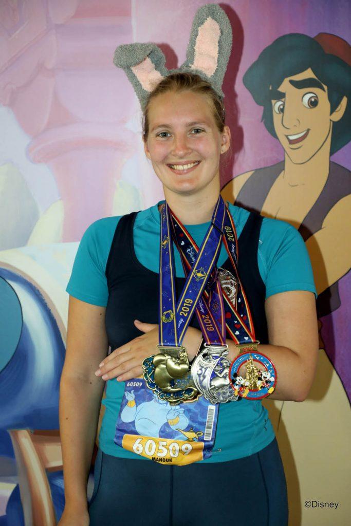 Meisje met medailles van de 36K Challenge tijdens de Disney run met Judy Hopps outfit.